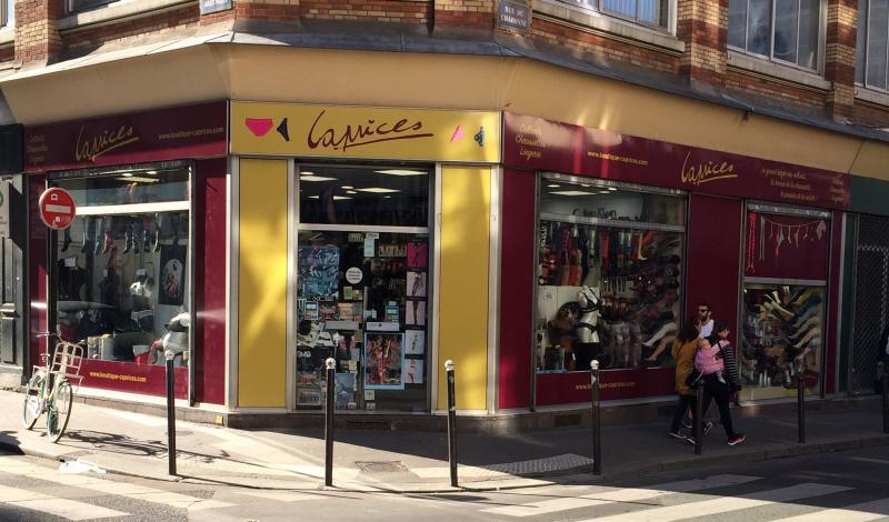 Façade-boutique-caprices-paris-rue-de-charonne-angle-jules-valles-75011